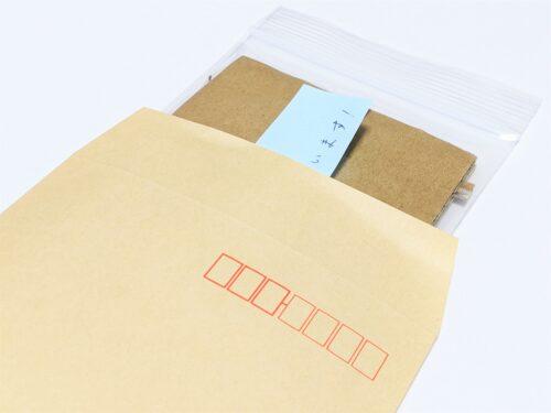 梱包したカードを封筒に入れる
