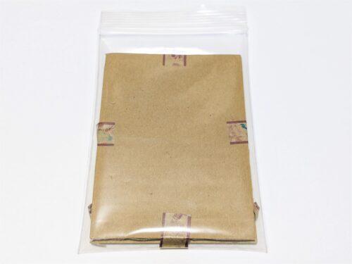 梱包したカードをポリ袋に入れて封をする