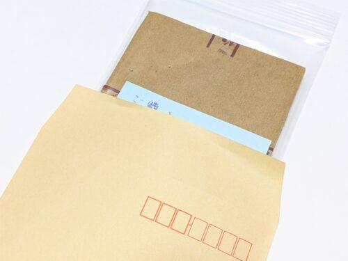 梱包したカードを封筒に入れる2