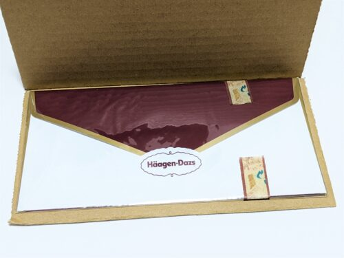 ハーゲンダッツギフト用封筒をダンボールで挟む