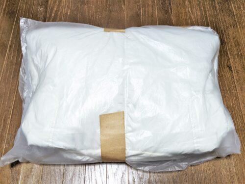 ダウンジャケットの入った袋に封をする2