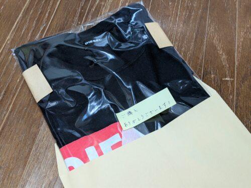 梱包したTシャツを封筒に入れる